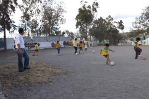Vencedores kids practicing futbol