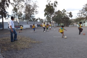 Vencedores kids practicing futbol
